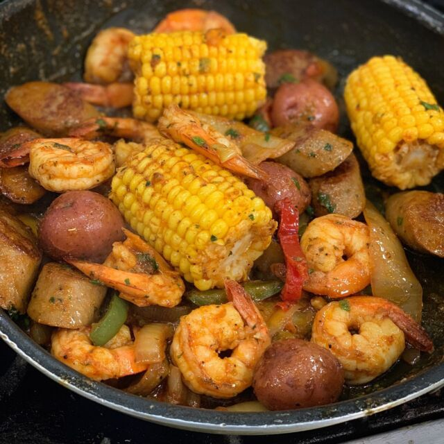 🔥🦐 SKILLET for dinner is what's up!  Made to order every time. . Order at baileyseafood.com 📱716-833-1973 ⏰We open at 3pm.  Last order at 7:20pm . . . . . . . . #baileyseafoodfresh #seafood #skillet #foodie #shrimp #foodpics #nomnomnom #instagood #delish #buffalony #wny #716 #buffalosbest